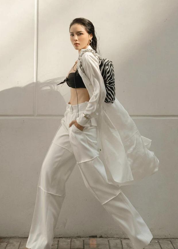 Hoa hậu Kỳ Duyên diện chiếc bra như lơ lửng giữa toà thiên nhiên ngồn ngộn - Ảnh 1.