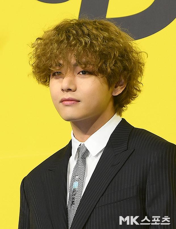 BTS đổ bộ họp báo comeback gây nổ MXH: Jungkook cuối cùng đã quay lại visual đỉnh cao, nam thần V gây sốc với tóc xoăn xù dìm thê thảm - Ảnh 3.