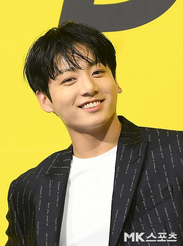 BTS đổ bộ họp báo comeback gây nổ MXH: Jungkook cuối cùng đã quay lại visual đỉnh cao, nam thần V gây sốc với tóc xoăn xù dìm thê thảm - Ảnh 9.
