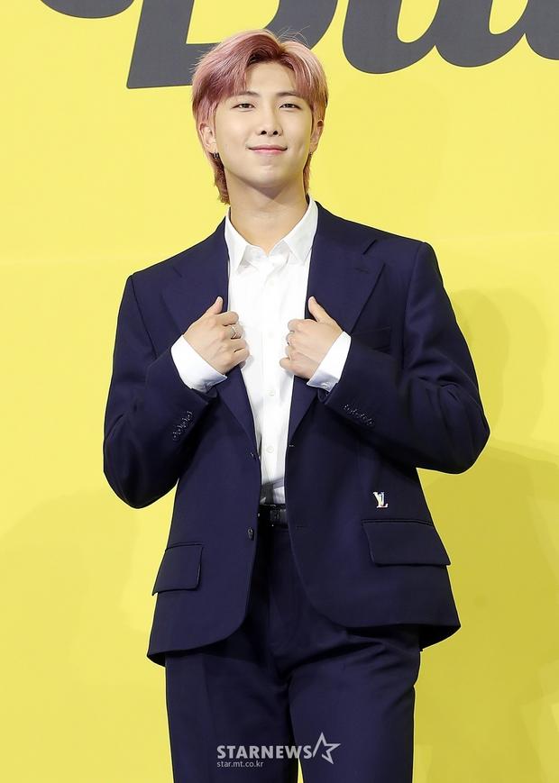 BTS đổ bộ họp báo comeback gây nổ MXH: Jungkook cuối cùng đã quay lại visual đỉnh cao, nam thần V gây sốc với tóc xoăn xù dìm thê thảm - Ảnh 13.