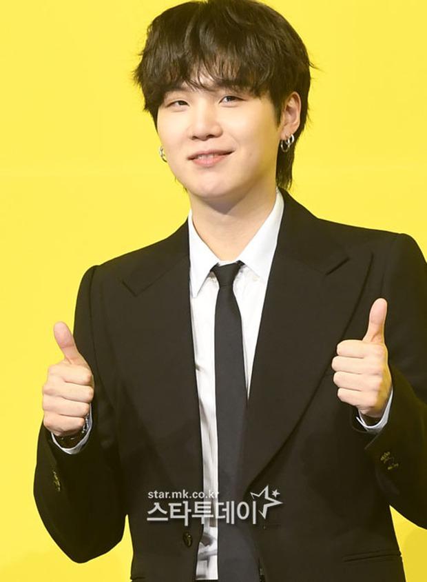 BTS đổ bộ họp báo comeback gây nổ MXH: Jungkook cuối cùng đã quay lại visual đỉnh cao, nam thần V gây sốc với tóc xoăn xù dìm thê thảm - Ảnh 11.