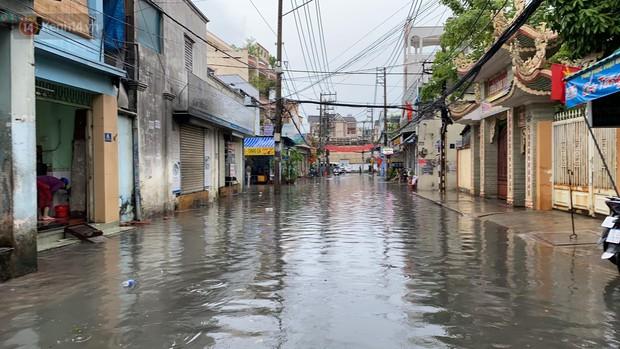 TP.HCM: Mưa lớn kéo dài khiến nhiều tuyến đường ngập nặng, người dân bất lực với phương tiện chết máy - Ảnh 11.