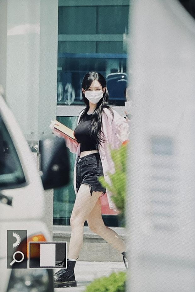 Xuất hiện thánh body mới đe dọa Lisa (BLACKPINK) và Wonyoung: Lộ đôi chân báu vật, nhan sắc chấp luôn ảnh đi làm chụp vội - Ảnh 2.