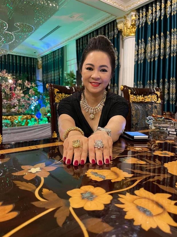 Đến lượt con dâu bà Phương Hằng phô trương sự giàu có: Đi xe Mẹc, đeo đồng hồ full kim cương, hột xoàn to như hột nhãn! - Ảnh 4.