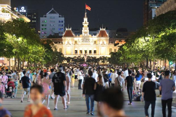 Khẩn: TP.HCM tiếp tục ra công văn hạn chế tập trung đông người ở phố đi bộ Nguyễn Huệ, Bùi Viện và công viên - Ảnh 1.