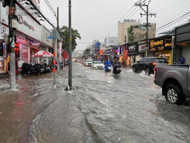 TP.HCM: Mưa lớn kéo dài khiến nhiều tuyến đường ngập nặng, người dân bất lực với phương tiện chết máy - Ảnh 6.