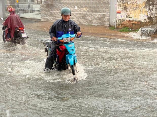 TP.HCM: Mưa lớn kéo dài khiến nhiều tuyến đường ngập nặng, người dân bất lực với phương tiện chết máy - Ảnh 4.