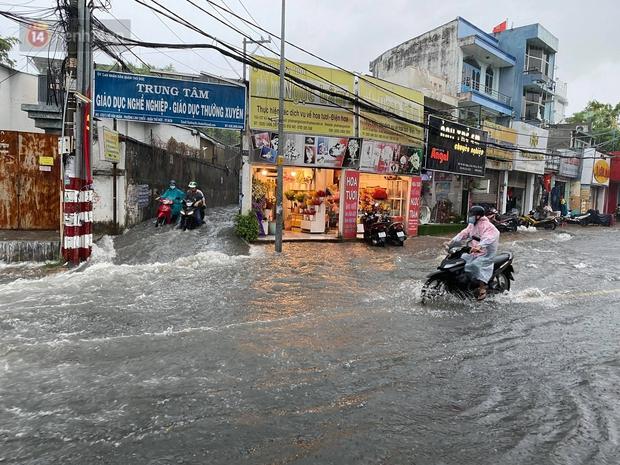 TP.HCM: Mưa lớn kéo dài khiến nhiều tuyến đường ngập nặng, người dân bất lực với phương tiện chết máy - Ảnh 5.