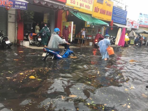 TP.HCM: Mưa lớn kéo dài khiến nhiều tuyến đường ngập nặng, người dân bất lực với phương tiện chết máy - Ảnh 19.