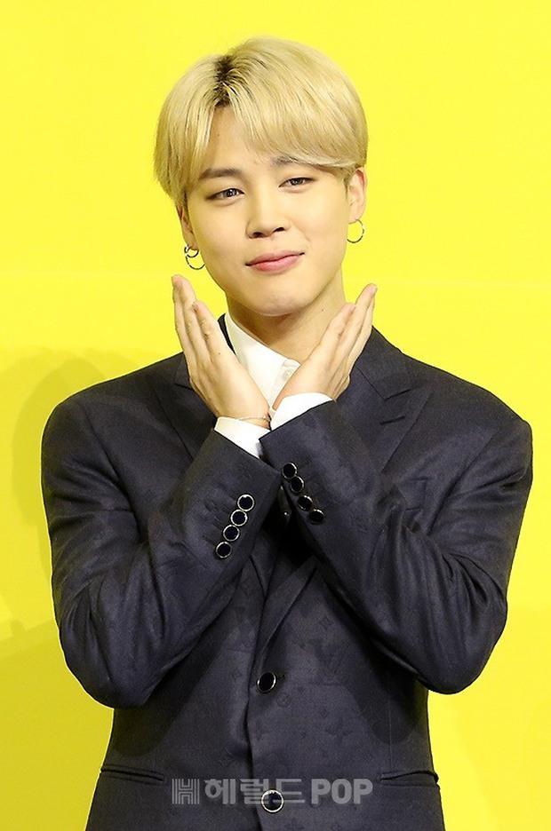 BTS đổ bộ họp báo comeback gây nổ MXH: Jungkook cuối cùng đã quay lại visual đỉnh cao, nam thần V gây sốc với tóc xoăn xù dìm thê thảm - Ảnh 7.