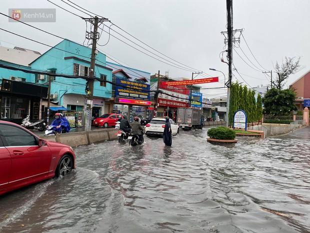 TP.HCM: Mưa lớn kéo dài khiến nhiều tuyến đường ngập nặng, người dân bất lực với phương tiện chết máy - Ảnh 14.