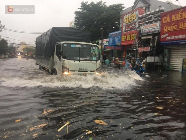 TP.HCM: Mưa lớn kéo dài khiến nhiều tuyến đường ngập nặng, người dân bất lực với phương tiện chết máy - Ảnh 20.
