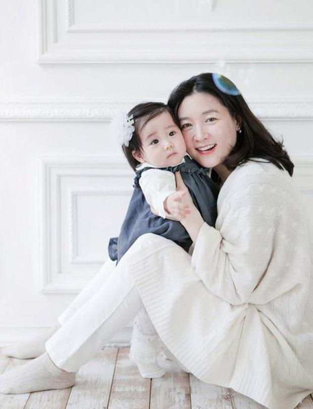 Lee Young Ae hack tuổi kinh ngạc trên tạp chí, thế nhưng con gái 11 tuổi của mỹ nhân Nàng Dae Jang Geum mới chiếm trọn sự chú ý - Ảnh 6.