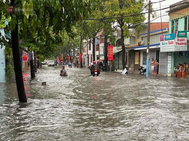 TP.HCM: Mưa lớn kéo dài khiến nhiều tuyến đường ngập nặng, người dân bất lực với phương tiện chết máy - Ảnh 16.