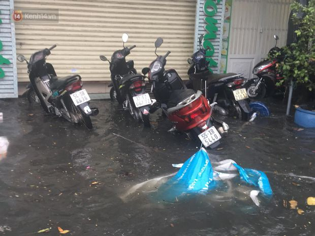 TP.HCM: Mưa lớn kéo dài khiến nhiều tuyến đường ngập nặng, người dân bất lực với phương tiện chết máy - Ảnh 21.