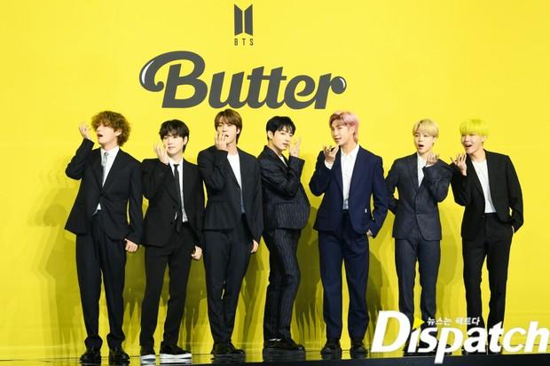 BTS đổ bộ họp báo comeback gây nổ MXH: Jungkook cuối cùng đã quay lại visual đỉnh cao, nam thần V gây sốc với tóc xoăn xù dìm thê thảm - Ảnh 2.