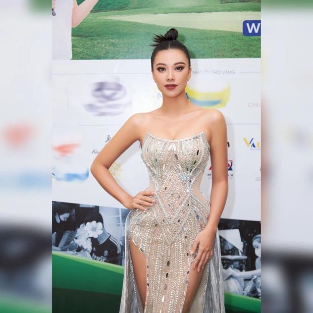 Clip: Á hậu Kim Duyên catwalk trong tà váy xẻ hiểm hóc, netizen thấp thỏm vì sợ nàng lộ hàng - Ảnh 4.