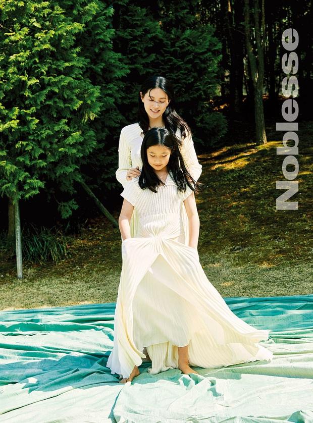 Lee Young Ae hack tuổi kinh ngạc trên tạp chí, thế nhưng con gái 11 tuổi của mỹ nhân Nàng Dae Jang Geum mới chiếm trọn sự chú ý - Ảnh 2.