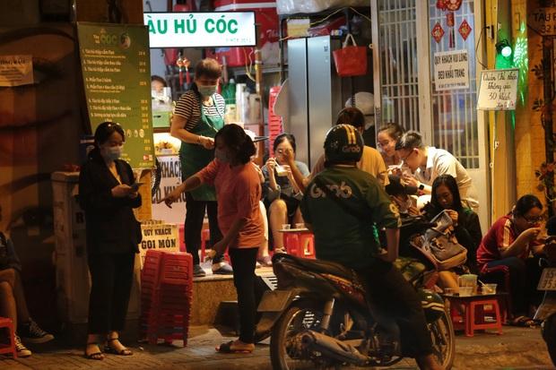 KHẨN: Từ 18h hôm nay, TP.HCM tạm dừng lễ hội, nghi lễ quy mô 20 người trở lên; quán ăn uống nhỏ và vừa chỉ bán mang đi - Ảnh 1.