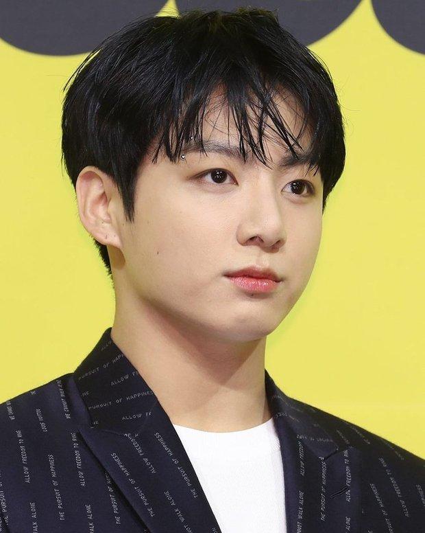 BTS đổ bộ họp báo comeback gây nổ MXH: Jungkook cuối cùng đã quay lại visual đỉnh cao, nam thần V gây sốc với tóc xoăn xù dìm thê thảm - Ảnh 10.
