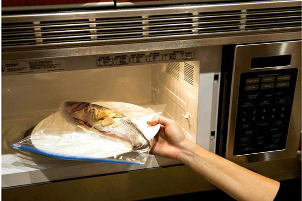 Những sai lầm nguy hiểm khi sử dụng màng bọc thực phẩm sẽ biến đồ ăn trở nên độc hại, làm cả nhà rước bệnh - Ảnh 1.
