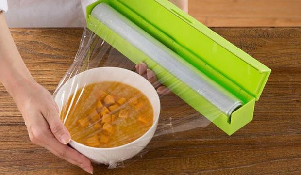 Những sai lầm nguy hiểm khi sử dụng màng bọc thực phẩm sẽ biến đồ ăn trở nên độc hại, làm cả nhà rước bệnh - Ảnh 2.