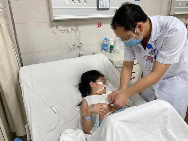 Ăn tóc liên tục trong 5 năm, bé gái 7 tuổi phải phẫu thuật lấy dị vật lớn trong ổ bụng - Ảnh 1.