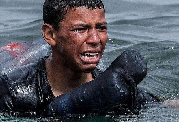 Khoảnh khắc cậu bé di cư bật khóc giữa biển nước mênh mông, dùng chai nhựa để bơi đến miền đất hứa gây chấn động thế giới - Ảnh 3.