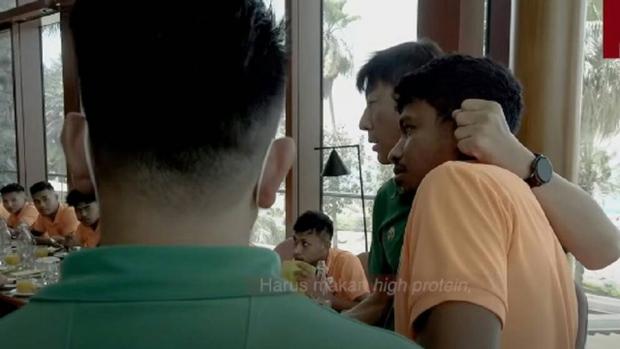 HLV Hàn Quốc mắng té tát, véo tai cầu thủ tuyển Indonesia trong bữa ăn - Ảnh 1.