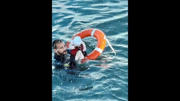 Khoảnh khắc cậu bé di cư bật khóc giữa biển nước mênh mông, dùng chai nhựa để bơi đến miền đất hứa gây chấn động thế giới - Ảnh 5.