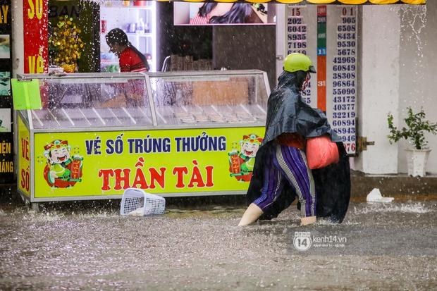 Chùm ảnh: Mưa lớn khủng khiếp, người dân TP. Thủ Đức ngán ngẩm nhìn các tuyến đường hóa thành sông - Ảnh 6.