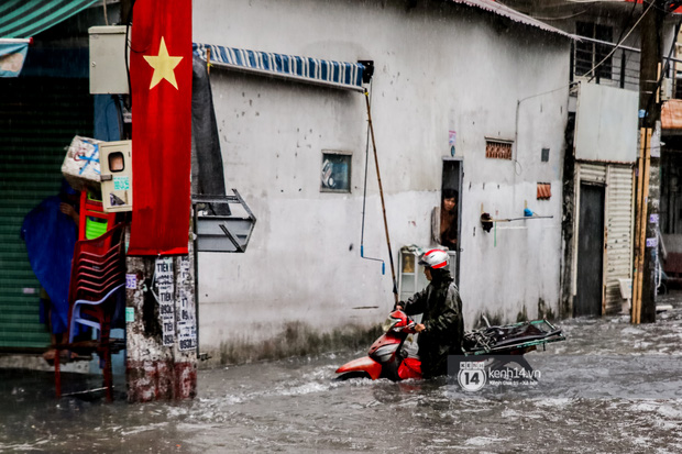 Chùm ảnh: Mưa lớn khủng khiếp, người dân TP. Thủ Đức ngán ngẩm nhìn các tuyến đường hóa thành sông - Ảnh 13.