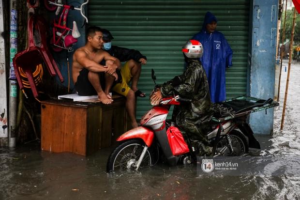 Chùm ảnh: Mưa lớn khủng khiếp, người dân TP. Thủ Đức ngán ngẩm nhìn các tuyến đường hóa thành sông - Ảnh 5.