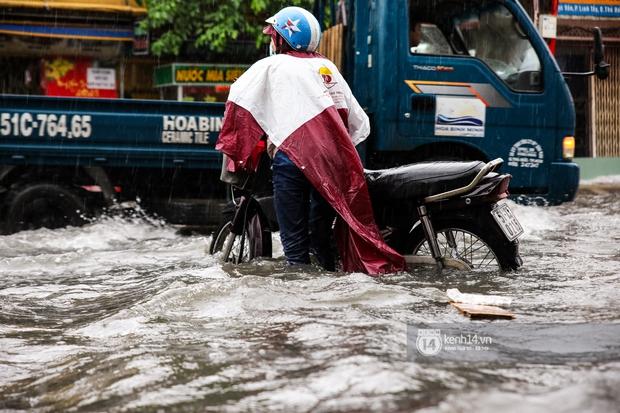 Chùm ảnh: Mưa lớn khủng khiếp, người dân TP. Thủ Đức ngán ngẩm nhìn các tuyến đường hóa thành sông - Ảnh 3.