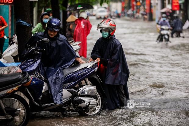 Chùm ảnh: Mưa lớn khủng khiếp, người dân TP. Thủ Đức ngán ngẩm nhìn các tuyến đường hóa thành sông - Ảnh 17.