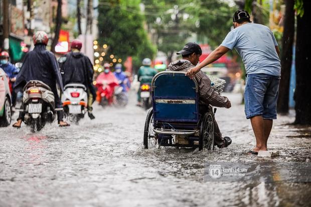 Chùm ảnh: Mưa lớn khủng khiếp, người dân TP. Thủ Đức ngán ngẩm nhìn các tuyến đường hóa thành sông - Ảnh 11.