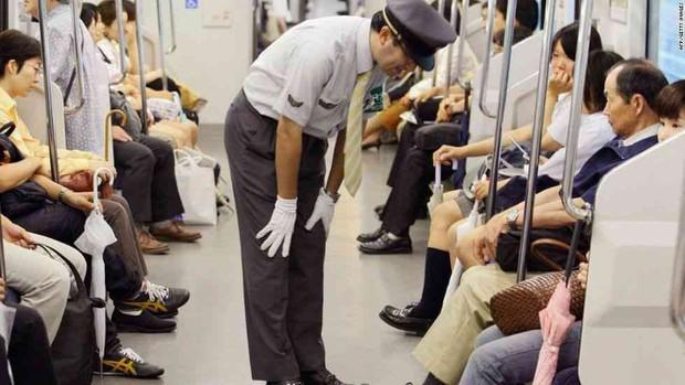 Chuyện về người lái tàu đi vệ sinh lúc tàu chạy với tốc độ 150km/h và tranh cãi xung quanh văn hóa xin lỗi gây ám ảnh của người Nhật - Ảnh 3.