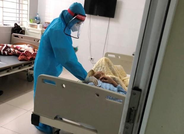 Tâm sự đêm muộn của những y bác sĩ trong bệnh viện cách ly - Ảnh 2.