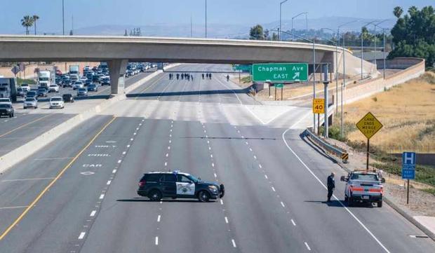 Bé trai 6 tuổi bị bắn chết ngay trên đường phố Nam California (Mỹ) - Ảnh 1.