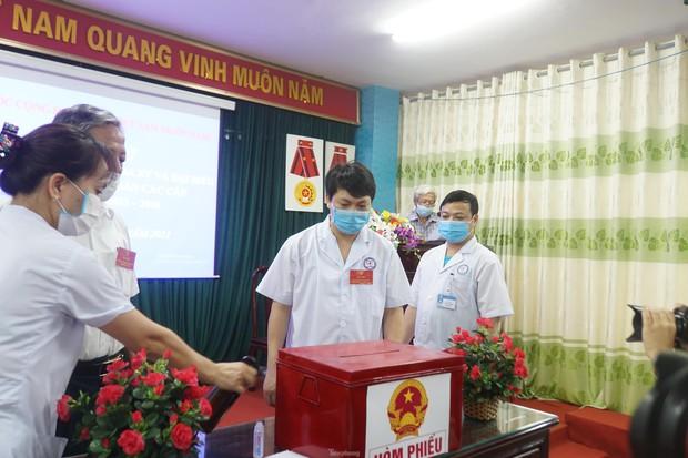 Hình ảnh bầu cử đặc biệt trong bệnh viện dã chiến tại Bắc Ninh - Ảnh 1.