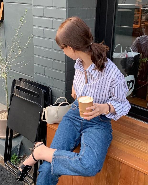 Kiểu quần jeans dễ mặc hơn skinny jeans, không hay dìm dáng như quần ống rộng nên xứng đáng để đầu tư - Ảnh 4.