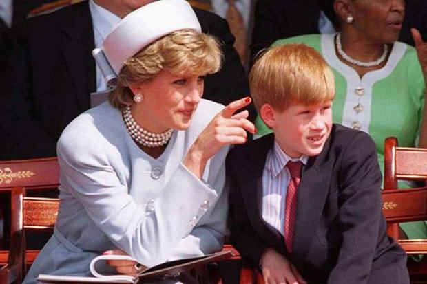Harry chỉ trích cha khiến anh đau khổ, buộc tìm đến chất kích thích để quên nỗi đau mất mẹ và loạt tiết lộ gây sốc khác trong phim tài liệu mới - Ảnh 4.