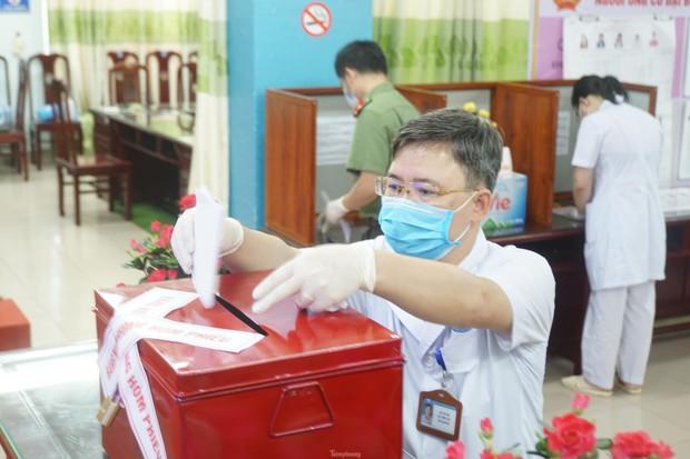 Hình ảnh bầu cử đặc biệt trong bệnh viện dã chiến tại Bắc Ninh - Ảnh 7.