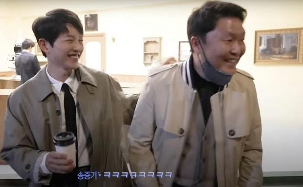 PSY bất ngờ đọ size mặt với nam thần Song Joong Ki ở hậu trường, kết quả khiến chính chủ phải cười phớ lớ trong sự ngỡ ngàng - Ảnh 4.