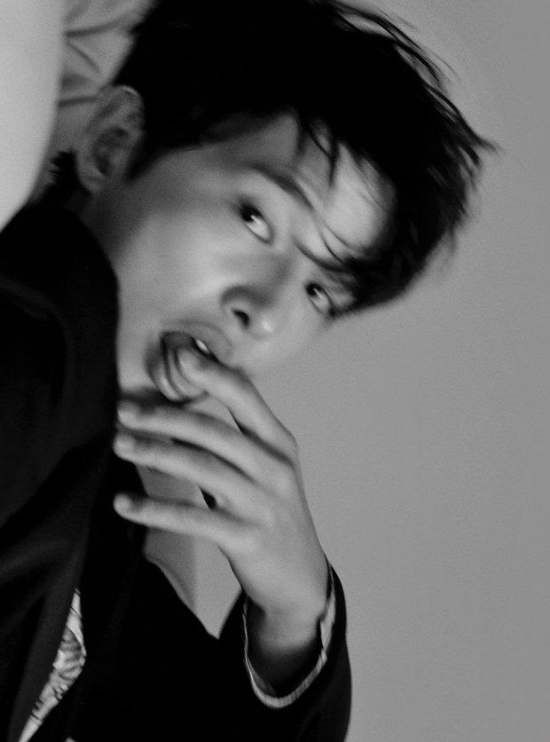Lần đầu tiên thấy Song Joong Ki tạo dáng hư hỏng thế này, ly dị Song Hye Kyo xong bung xõa hẳn hay gì? - Ảnh 3.