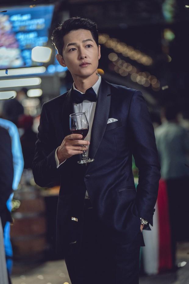 Lần đầu tiên thấy Song Joong Ki tạo dáng hư hỏng thế này, ly dị Song Hye Kyo xong bung xõa hẳn hay gì? - Ảnh 7.