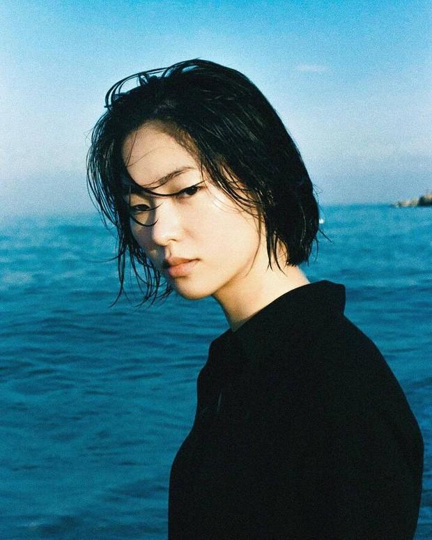 Bạn gái Song Joong Ki lên top Dispatch vì bộ ảnh chính anh trai nhiếp ảnh nổi tiếng chụp, gây xôn xao vì... vẻ đẹp xấu lạ - Ảnh 4.