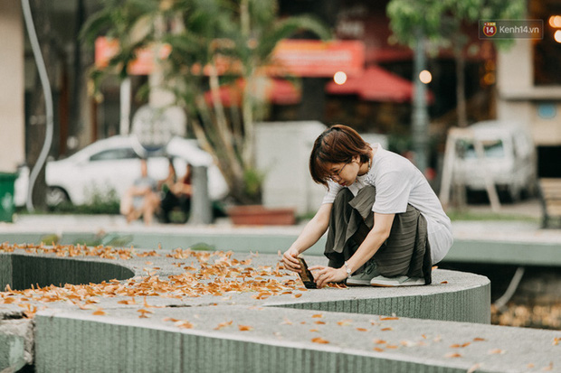 Sài Gòn bỗng nên thơ hơn bao giờ hết nhờ khoảnh khắc nghịch hoa chò của 2 vị phụ huynh vô cùng đáng yêu - Ảnh 4.