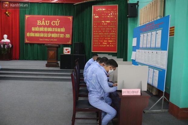 Ảnh: Cận cảnh cử tri trong khu cách ly tập trung ở Vĩnh Phúc tham gia bầu cử - Ảnh 2.