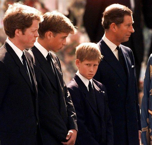 Hoàng tử Harry chia sẻ gây sốc về cái chết của Công nương Diana, hé lộ lý do Meghan Markle suýt tự tử - Ảnh 5.